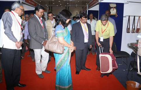 Jute Products being shown to Smt. Rashmi Verma, Secretary